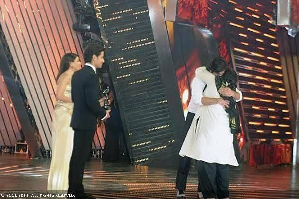One of the most beautiful moments at #Filmfare Awards, @Shahid M Kapoor comes to hug step-mom Supriya Pathak Kapur on the stage