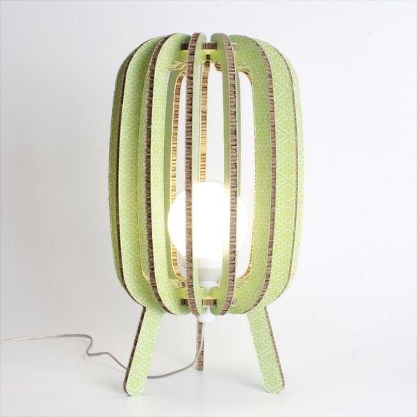 Kyoto ricorda una lanterna giapponese, realizzata in cartone ignifugo può essere collocata a terra oppure sopra un mobile.
