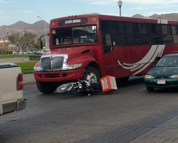Repartidor motorizado resulta ileso tras ser embestido por camión que se saltaba semáforo en rojo en plenas Fuentes Danzarinas | El Puntero
