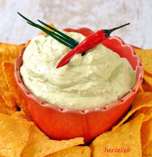 Ein Dip mit Avocado und Frischkäse - verfeinert mit Knoblauch, Zitrone, Kräutern! Passt zu Fleisch, Gemüse oder auch zu Tacos. Superleichtes Rezept!