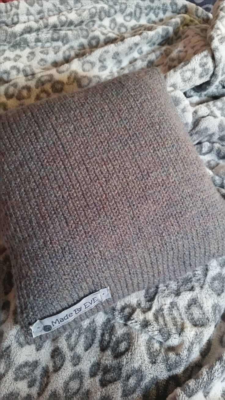 """Kissenbezug gestrickt glatt rechts in der Farbe grau und Größe 24 x 24 cm von """"Made By EvE"""""""