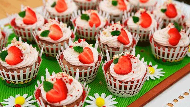 """De lækre cupcakes med jordbær og rabarber og skøn topping af mascarponecreme var Kathjas favoritbagning i denne uges """"Den store bagedyst"""". Her får du opskriften"""