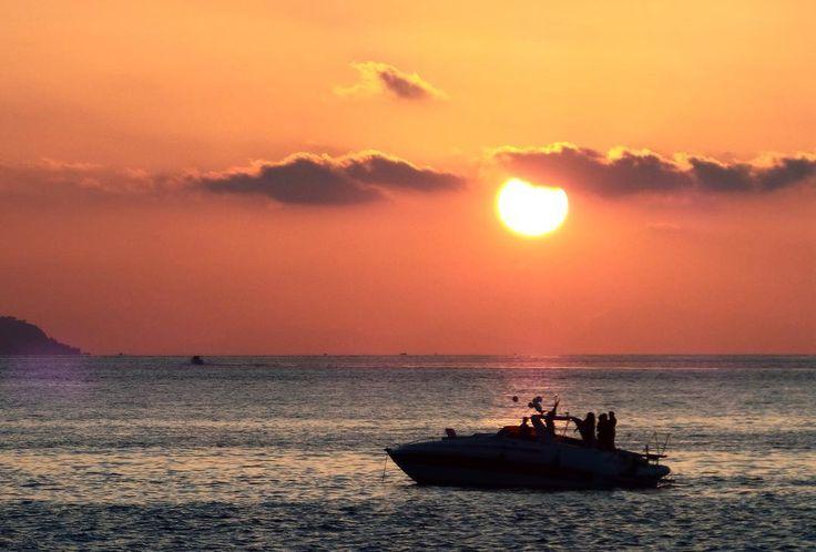 Buongiorno a tutti  .  Resta indelebile  questo odore marino che ricorda i tuoi capelli lentamente mossi dalla brezza al calar del sole  . . . . . . . . #sunset #sun #sky #nuvole #skylover #sky_sunset #tramonto #sunsetporn #skyporn #nature #landscape #clouds #communityfirst #whatitalyis #view #barca #onde #wanderlust #waves #sole #boat #landscape_lovers #orange #vscocam #reggiocalabria #igersreggiocalabria #sunsetforbreakfast #tv_pointofview #sea #mare