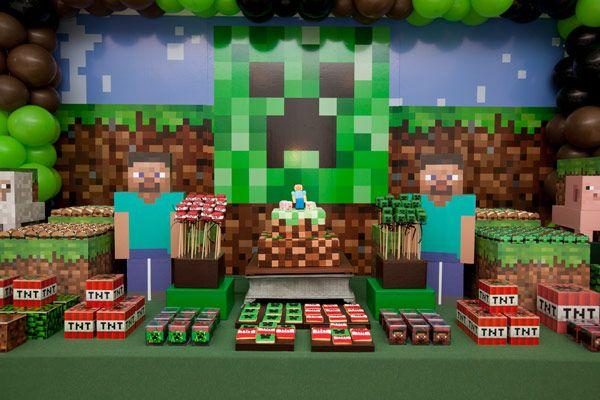 O joguinho Minecraft tem feito o maior sucesso entre a criançada e, claro, já virou tema de festinha! Nesta decoração da Fête, a textura pixelada do game s
