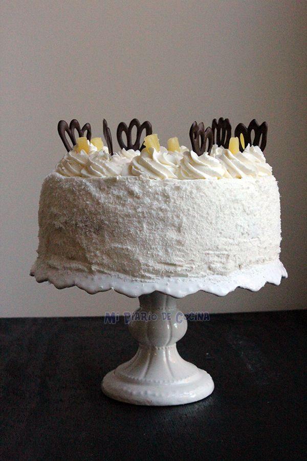 Esta torta de piña es una receta de torta clásica y deliciosa, con capas de crema, trozos de piña, y dulce de leche (manjar).