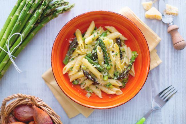 La pasta agli asparagi è un primo piatto primaverile semplice e gustoso, perfetto per un piatto ricco di verdure nella bella stagione.