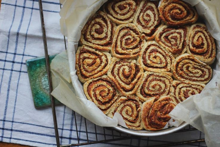 happyfoodstories: Saftige kanelboller m. daddel- & fikenfyll