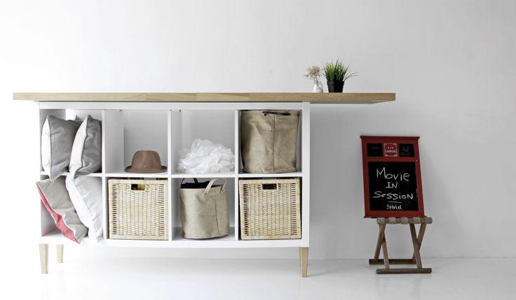 IKEAのシェルフユニットKALLAX(カラックス)は、収納棚の中でも定番の人気商品。インサートボックスをセットにすれば扉や引出し付きの便利な収納&飾り棚に。デスクや脚を付けたコーディネート実例やEXPEDITとの違いについても紹介。