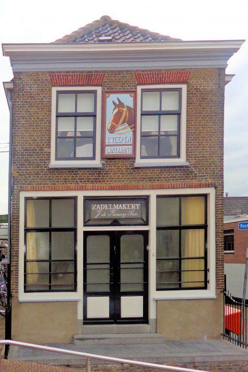 De Zadelmakery op de hoek is in 1860 in opdracht van de familie De Koning gebouwd. Naast de zadelmakerij was er een winkel, een bijbehorende woning en een koetshuis. In het koetshuis werd in 1927 een autowerkplaats gevestigd. Daarna ontwikkelde men hier de befaamde telescopische schokdemper die het begin betekende van het merk Koni. In 1948 was men door de groei van het bedrijf genoodzaakt het pand te verlaten. De winkel nog in dezelfde staat als deze in 1948 is achtergelaten.