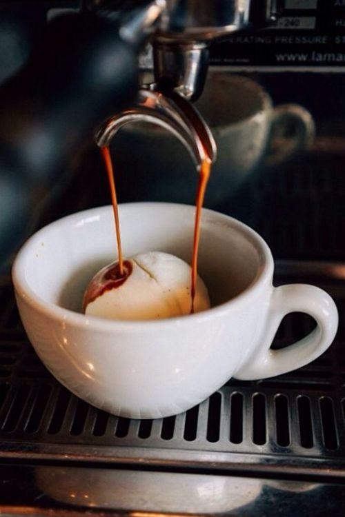 Eine Kugel Vanilleglace, Espresso drüber, fertig ist das feine Dessert.