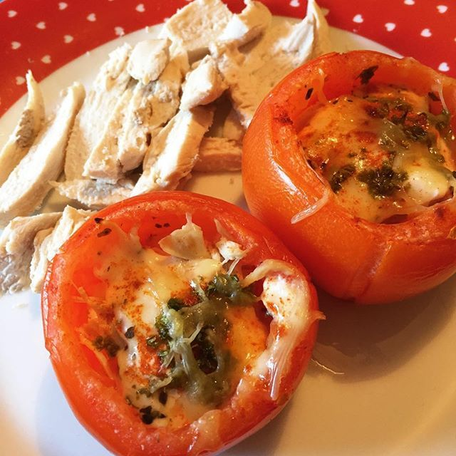 Baked tomatoes with chicken, mozzarella, yoghurt and herbs #lowcarb #lchf #diet #tomato #tomatoes #chicken #highprotein #baked #herbs #cheese #mozzarella #lunch #トマト #チーズ #食べ物 #フード #鶏肉 #肉 #美味しい #美味しかった #ランチ #ダイエット #痩せたい #赤 #オーブン #うまい #ヨーグルト