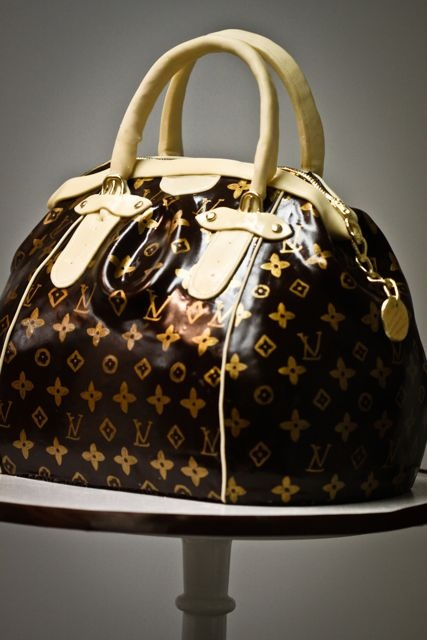 ok. I'm not a Louis Vuitton fan... BUT I think this cake is pretty awesome!  Would you want to take the first bite?