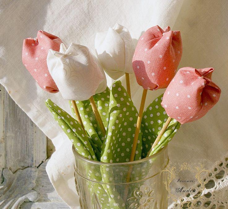 Jarní tulipán - jahodová Jako dáreček nebo jen tak, sobě pro radost. Květ tulipánu je ušit z bavlněné látky veselých jarních barev , stonek - špejle je zabalen do velkého listu.  Tulipánek je vhodný jako zápich do květináče, nebo jen tak položit na poličku. Hezky vypadá i několik svazků ve vázičce. Barva jahodová Výška +- 18 cm , průměr květu 3,5 - 4 cm