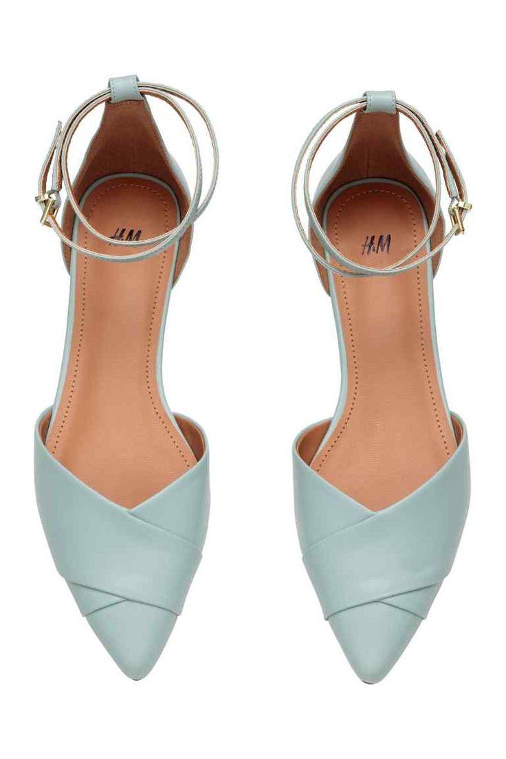Sapatos rasos de cerimónia: Sapatos de cerimónia em pele sintética com biqueira fina, pormenor cruzado na frente e presilha ajustável no tornozelo com fivela de metal. Forro e palmilhas em pele sintética. Solas de borracha.