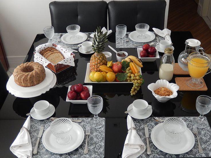 Não tem nada mais gostoso do que acordar cedo no final de semana e dar de cara com uma linda mesa de café da manhã. Vocês não acham? Nem sempre temos tempo de