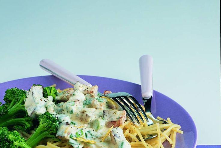 Kijk wat een lekker recept ik heb gevonden op Allerhande! Spaghetti met kruidenroomkaas en broccolisalade