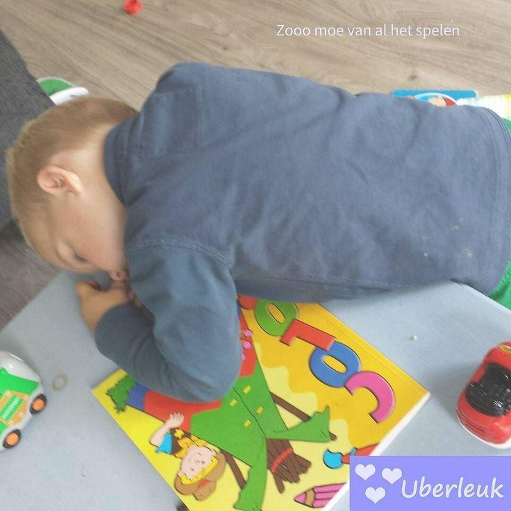 Arme Thijs zo moe van al het spelen dat hij al rijdend met z'n auto's op de tafel is ingestort. #toettoet #moe #peuter #spelen #kleurboek