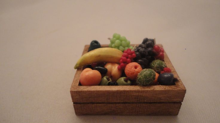 Fruktlåda med blandade frukter  skala 1:12 Dockskåp