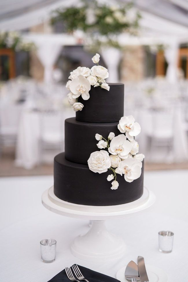 Schwarzweiss-Hochzeitstorte verziert mit weißen Orchideen   – Vision board
