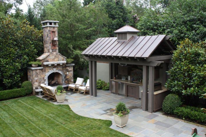 Шикарная столовая с каменным камином под открытым небом в стиле модерн.