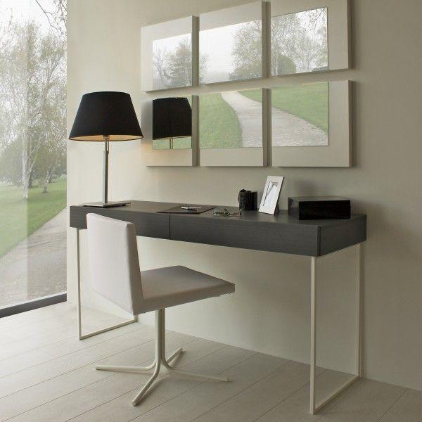 Mesa cónsola con espejos y silla blanca
