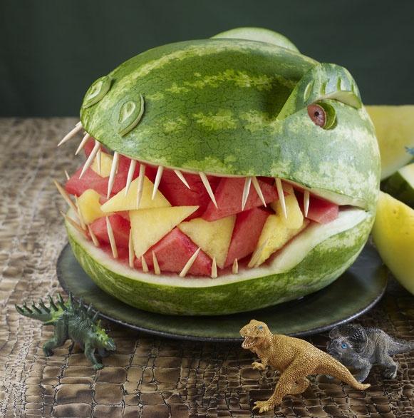 Frutas na boca do dinossauro.