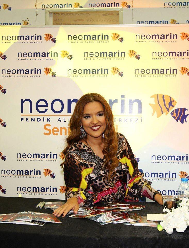 Pendik Neomarin AVM'deki Demet Akalın imza gününden... (20 Ekim 2012)
