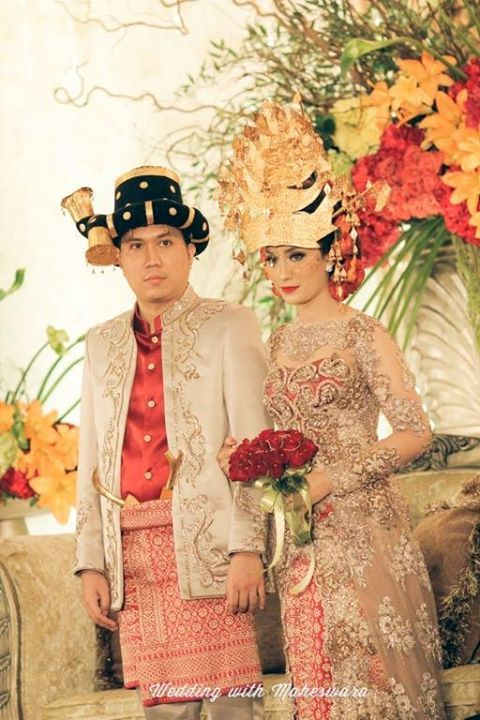 Logam mulia emas biasa digunakan pada busana pernikahan adat di Indonesia, yakni sebagai gelang, kalung, aksesori dan penutup kepala seperti pada pasangan pengantin Batak Mandailing Sumatra Utara ini.