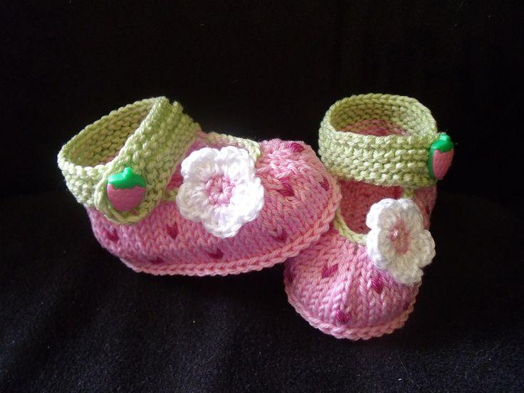 """gestrickte Babyschuhe """"Himbeere""""  auch für Rebornpuppen möglich  Himbeerknopf zum Schließen      Versand: 1 Paar Schuhe: 0,95 €           2-14 Paar..."""