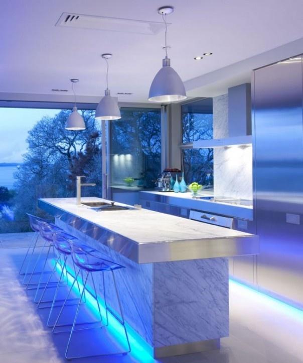 En las paletas de colores neutros de acabados naturales los grises más fríos combinan bien con el mármol, el acero, etc. En este caso además se ha reforzado con un iluminación de led azulada.  #Esmadeco.