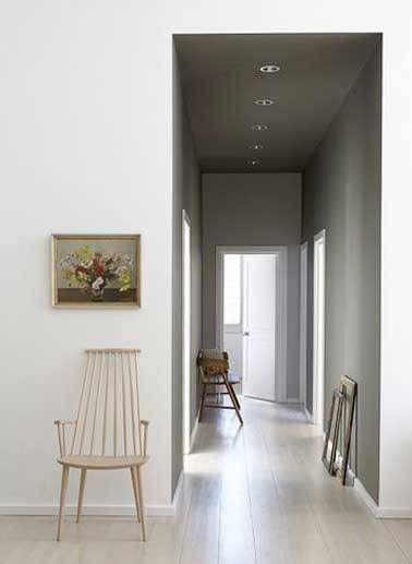 Et si on refaisait la déco du couloir ? D'abord avec de la peinture, une belle couleur pourarranger la décoration d'un couloir plutôt étroit, long ou sombre puis agrémenté de cadres photos,étagères, biblio, bibelots.Jouez avec ces idées déco et faites de votre couloir un petit espace original.