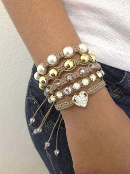 D2500    Kit de pulseiras shambalas, confeccionadas em macramé, com cordão encerado na cor kaki caribe, composto de 5 pulseiras, sendo:  - 1 pulseira de coração com strass  - 1 pulseira de corrente de strass  - 1 pulseira de cristais facetados  - 1 pulseira de pérolas douradas  - 1 pulseira de pé...