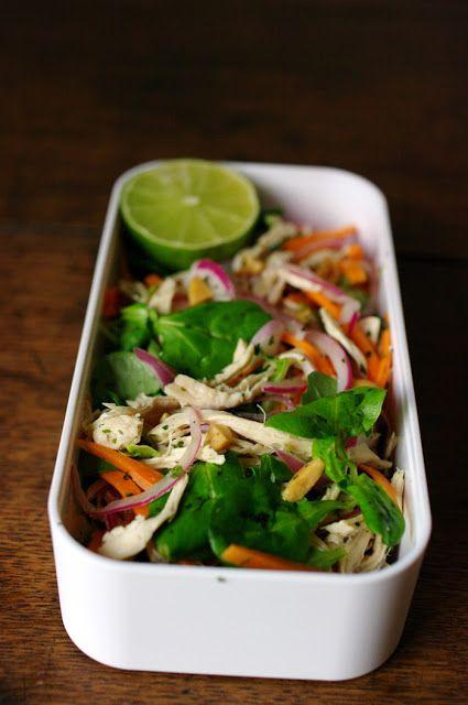 Salade d'inspiration Thaïe au poulet effiloché - 1 gros blanc de poulet - une bonne poignée de salade mâche - 2 petites carottes - 1/2 oignon rouge environ- 60ml de vinaigre de riz - 1 c. café de sel - 1 c. café de sucre - coriandre et menthe hachée - 1 c. soupe de cacahuètes grillées non salées pour la sauce :  - 30ml d'eau - 1 c. soupe (15ml) de sauce nuoc mam - 1 petite c. soupe de sucre - 1 c. soupe (15ml) de jus de citron vert