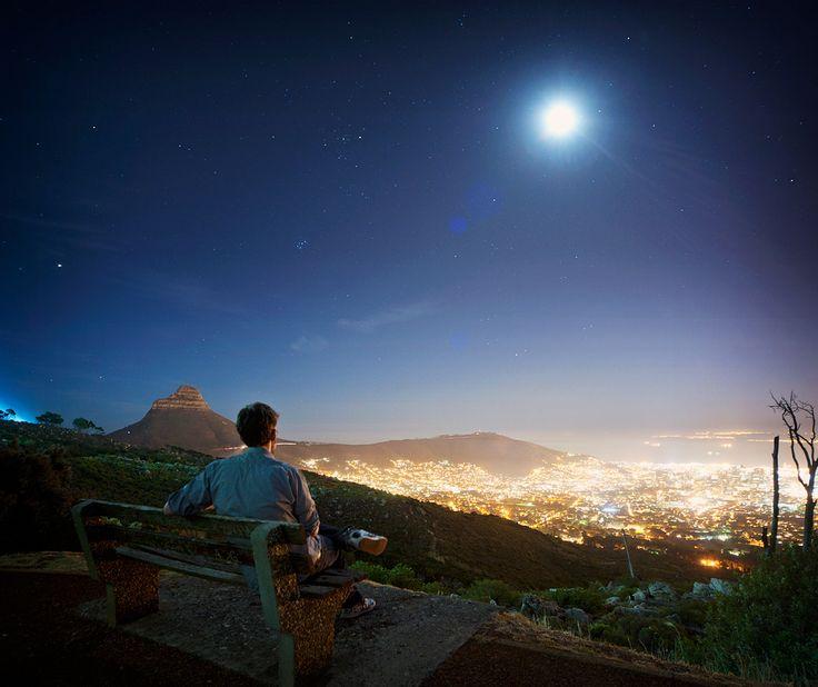 Kaapstad by night vanaf de voet van de Tafelberg gezien.