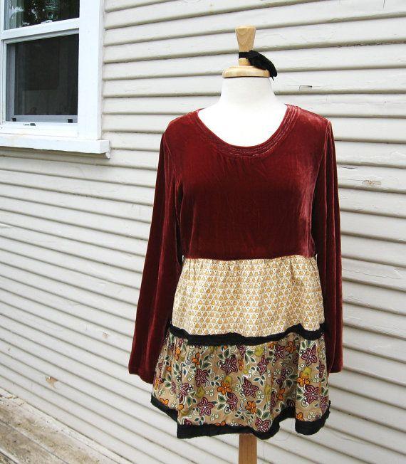 Bohemian Kouture & Kraft :Un corsage de velours pulpeuse rayonne brun rougeâtre foncé et deux niveaux de coton ruffelry. Jupe garnie de ruban de sari de soie
