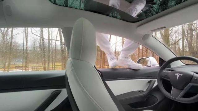 بالفيديو يوتيوبر يقفز من سيارة تسلا لاختبار الطيار الآلي القيادة الذاتية وهي تقنية متوفرة في سيارات تسلا لكن مع ذلك لا تزال تتطلب تد Car Seats Car Car Door