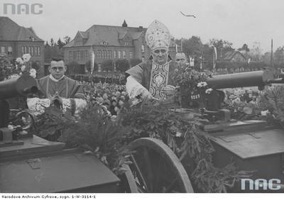 Biskup chełmiński Stanisław Okoniewski święci ciężkie karabiny maszynowe wz.1930 na biedkach piechoty, podczas uroczystości w Wejherowie. 1937-10-17