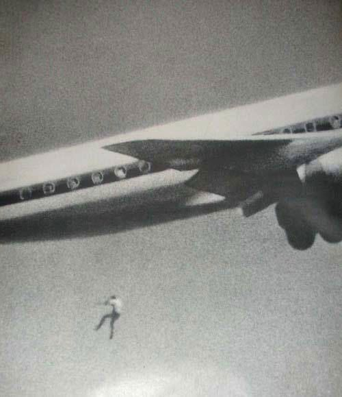 Băiatul ascuns în compartimentul trenului de aterizare al unui avion a căzut de la 60 de metri înălțime.