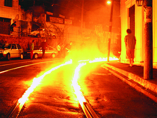 """Fogo Cruzado"", 2002, Santa Teresa, Rio de Janeiro, RJ, foto de Wilton Montenegro"