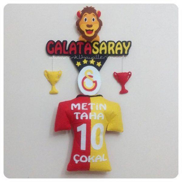"""Hemen teslim ürünüdür. Ödemeden sonra 7 gün içinde kargoya teslim edilir. Ürün Adı : Sarı Kırmızı Kapı Süsü Ürün Kodu : FS-002  Ürün Türü : Sarkıt Kapı Süsü Ürün Detayı : Galatasaray temalı kapı süsü; aslan figürü altında Galatasaray yazısı ve arması ile birlikte isim yazılı Galatasaray forması ve 2 adet sarkan kupa ile """"galatasaraylı olunmaz galatasaraylı doğulur"""" yazısı Ürün Boyutu : 30 cm * 90 cm http://www.renklihayallerim.com/urun/sari-kirmizi-kapi-susu-2/"""