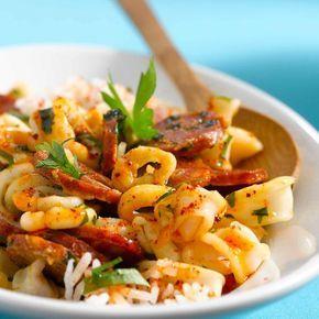 Découvrez la recette Calamars à l'ail et chorizo sur cuisineactuelle.fr.
