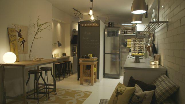 Souvent réalisés en acier, les accessoires de déco style vintage, comme la lampe articulée par exemple, dégage une impression de robustesse tout comme l'étagère installée au-dessus du plan de travail de cette cuisine.