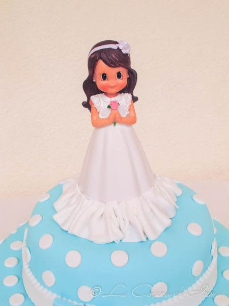 Detalle muñeca de Comunión Tarta Celeste y Blanco