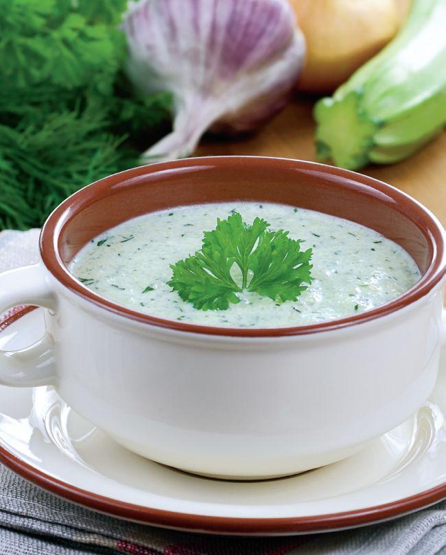 O supa racoritoare, nutritiva si usoara care cu certitudine este ideala intr-o zi de vara torida. Reteta de supa rece de dovlecei este economica, astfel incat pentru prepararea unei portii sunt necesari doar 1.5 lei.