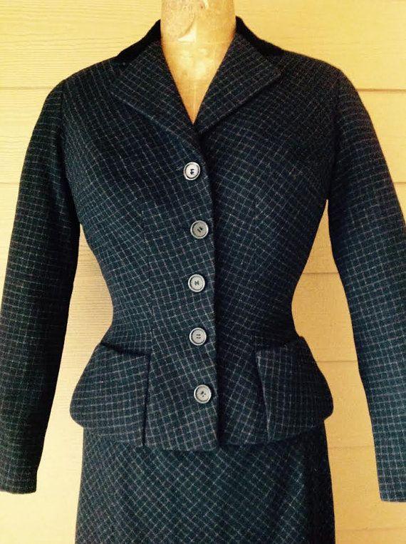 Christian Dior 1949 A/W couture sablier laine bouton rayée marine charbon de bois rembourré détails de couture costume Musée emblématique la seconde guerre mondiale Made in France