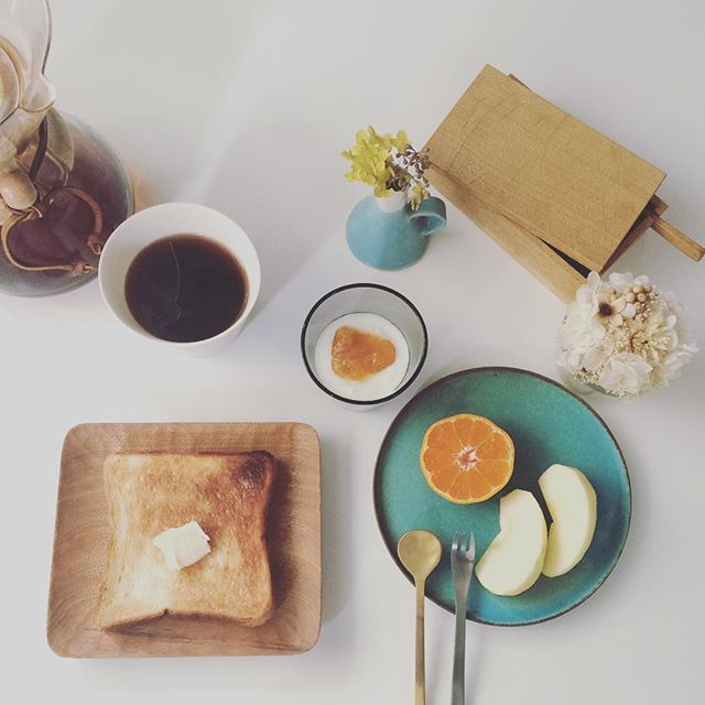 2017/01/07 10:07:54 taako_hibi おはようございます☺︎ 二度寝してしまった朝… 今日はシンプルにバタートーストで。 これはこれでやっぱり美味しい♪ * * * #朝ご飯#朝食#朝時間#トースト#バルミューダ#みかん#りんご#果物#フルーツ#ヨーグルト#コーヒー#ケメックス#山口和宏 さん#鈴木麻起子 さん#高塚和則 さん#岡田直人 さん#イッタラ#カルティオ#うつわ#器#陶芸#真鍮カトラリー#柳宗理 さん#花のある暮らし #プリザーブドフラワー#日々#暮らし#シンプル
