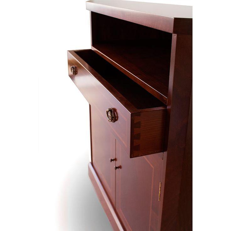Mueble de TV con el más puro estilo clásico debido al juego de texturas entre las chapas y la marquetería. Dispone de un cajón y dos puertas abatibles que ofrecen la máxima capacidad de almacenaje y organización. Además, posee un espacio para colocar otros aparatos tecnológicos. Pieza fundamental en cualquier salón convencional.