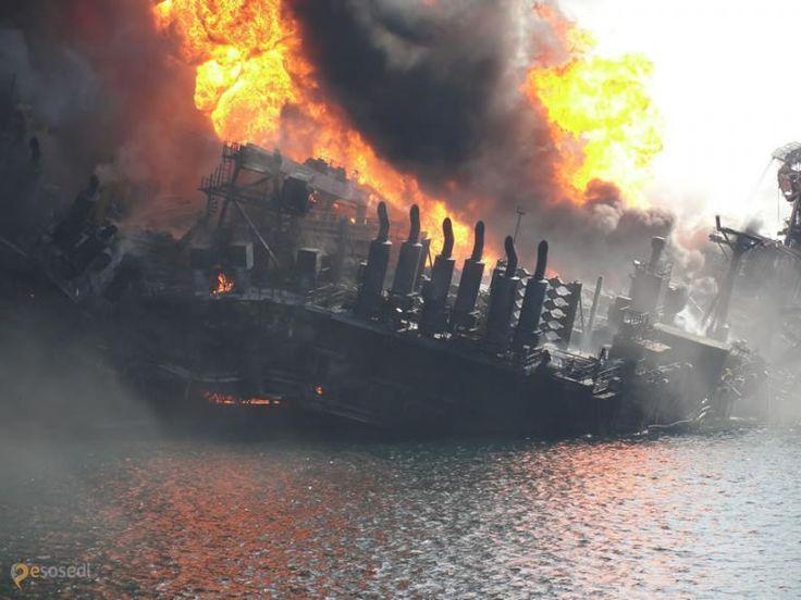 """Место нахождения бывшей нефтяной платформы –  Мы тут про сверхглубокую скважину рассказывали, пробуренную во времена СССР на Кольском полуострове в исследовательских целях и прозванную """"дорогой в ад"""". А теперь хотим рассказать о случае, когда ад реально вырвался наружу, а всему виной жадность человеческая. В апреле 2010 взорвалась новенькая нефтяная платформа Deepwater Horizon и Мексиканский залив наполнился миллионами баррелей сырой нефти - утечку не могли устранить три с половиной месяца…"""