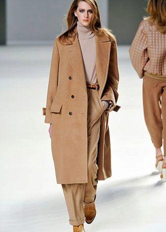 Бежевое пальто 2017 (124 фото): с чем носить, с мехом, классическое, какой шарф подойдет, модные фасоны