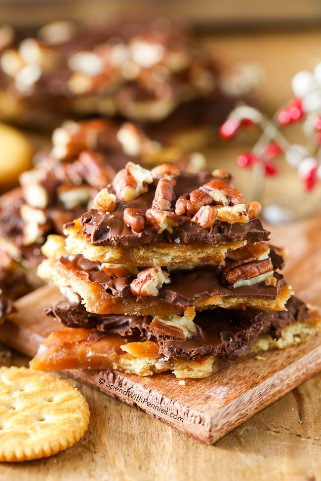 Pekan Narodzenie zgryzienia.  Szybkie domowe toffi, polane czekoladą i pekan.  Ten bark toffi mogą być wykonane z krakersów Ritz lub saltines!